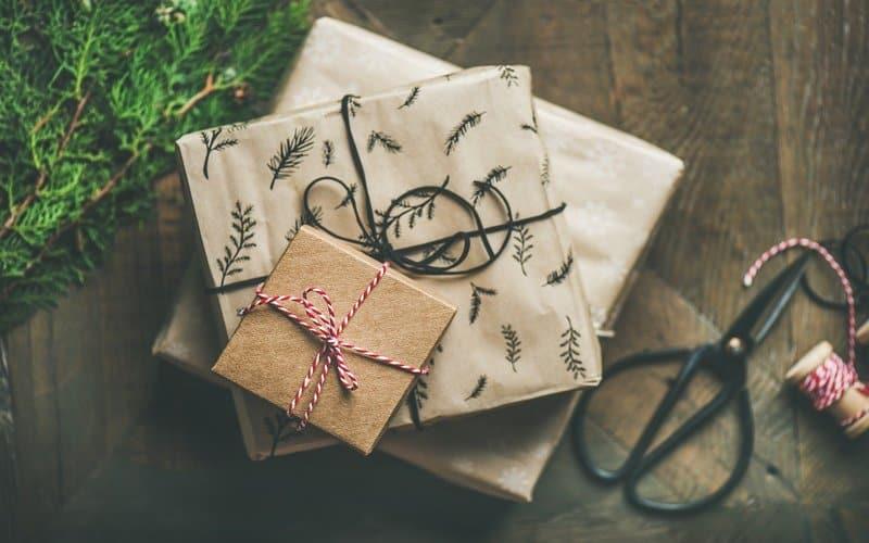 pacchetti regalo su sfondo in legno