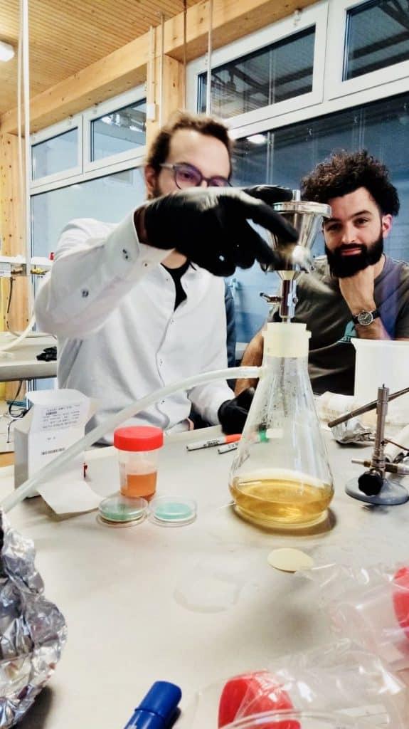 il prof. Nicola Coppe analizza la birra in laboratorio
