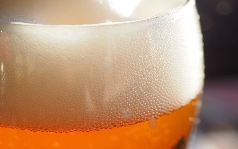 bicchiere di birra con schiuma in sospensione