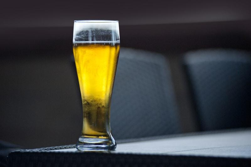 bicchiere di birra bionda su un tavolo
