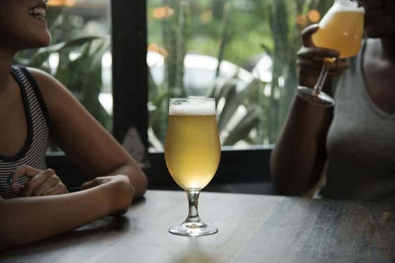 bicchiere di birra bianca su un tavolo