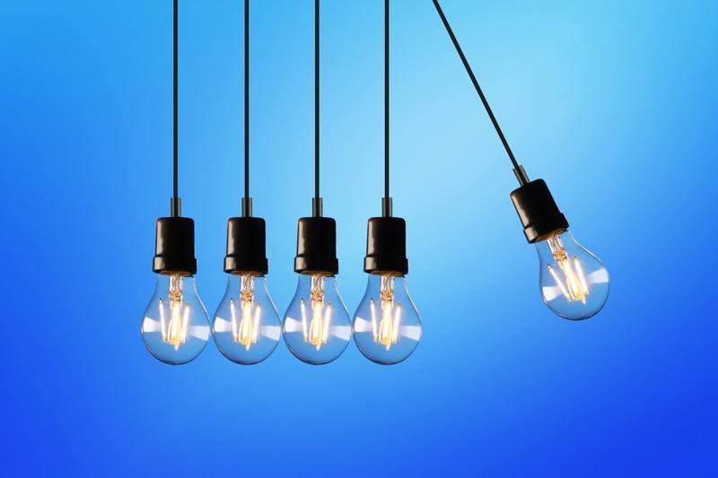 lampadine accese su sfondo blu