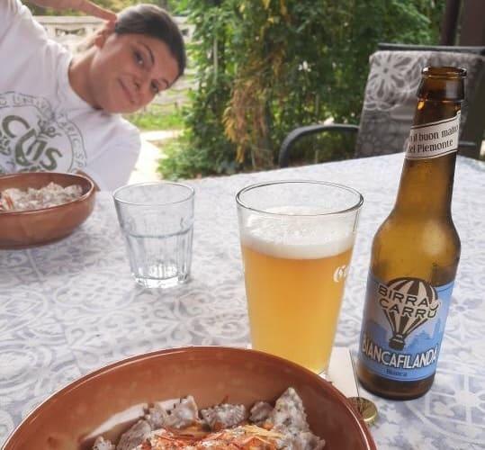 Sharon di Pinte e Pignatte con il suo piatto e la birra Biancafilanda